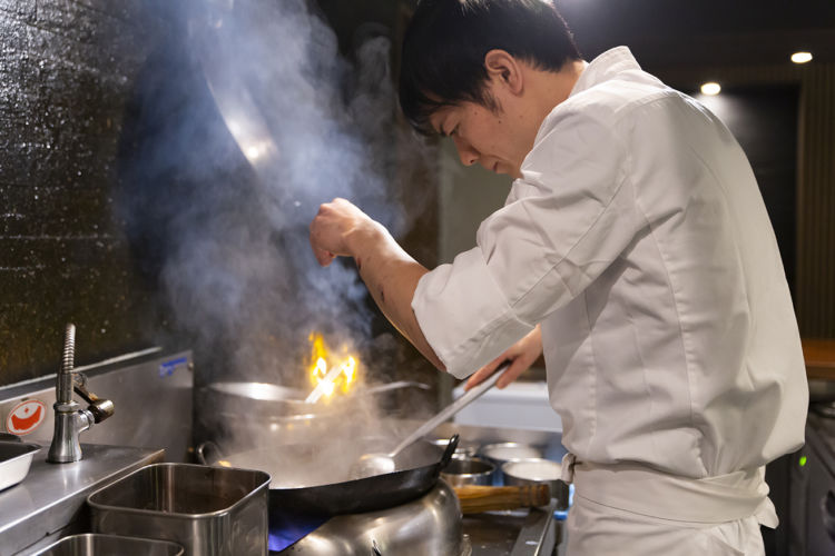 四季を感じながら、カウンターで楽しむ小皿中華。炎をあやつる山本雅シェフの「温度」へのこだわり