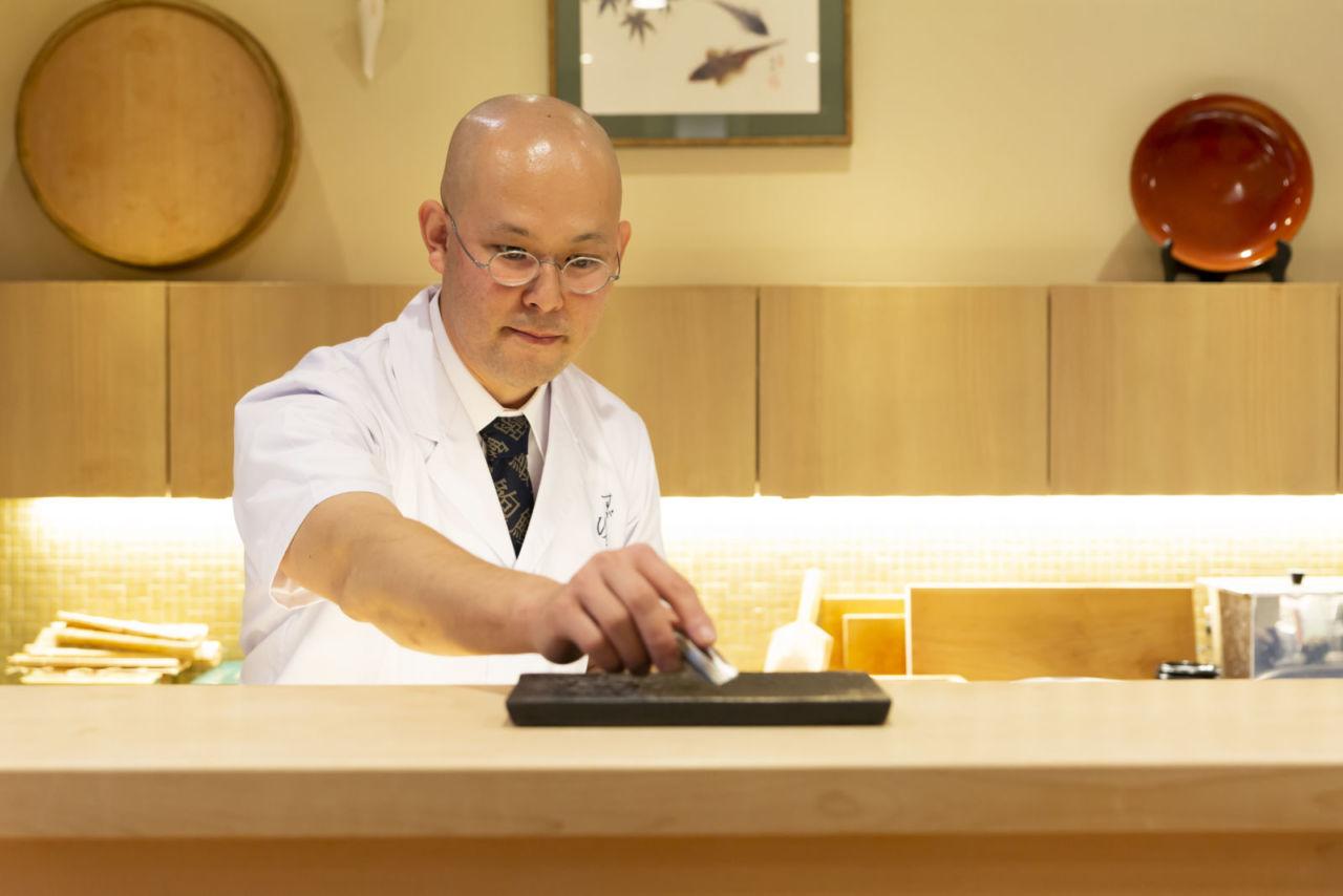 寿司を提供する管さん