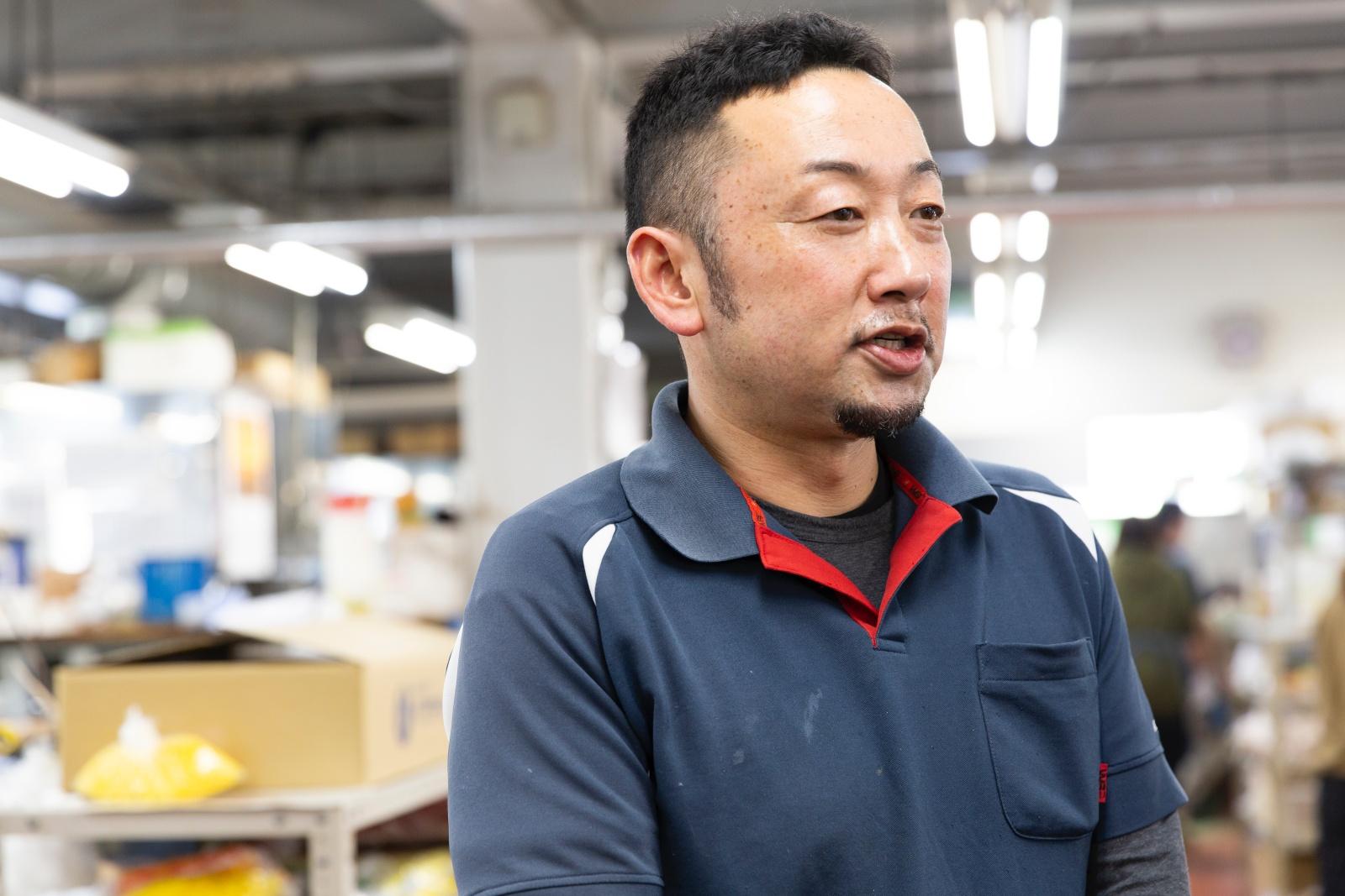工場長の宮澤さんが話す様子