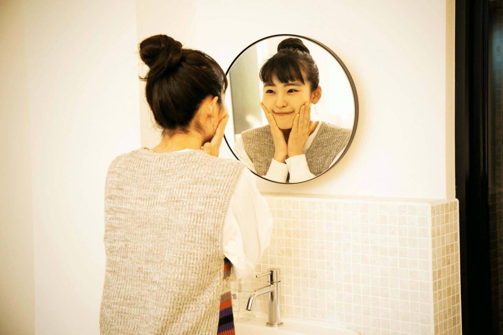 脱衣室の鏡を見る清水さん