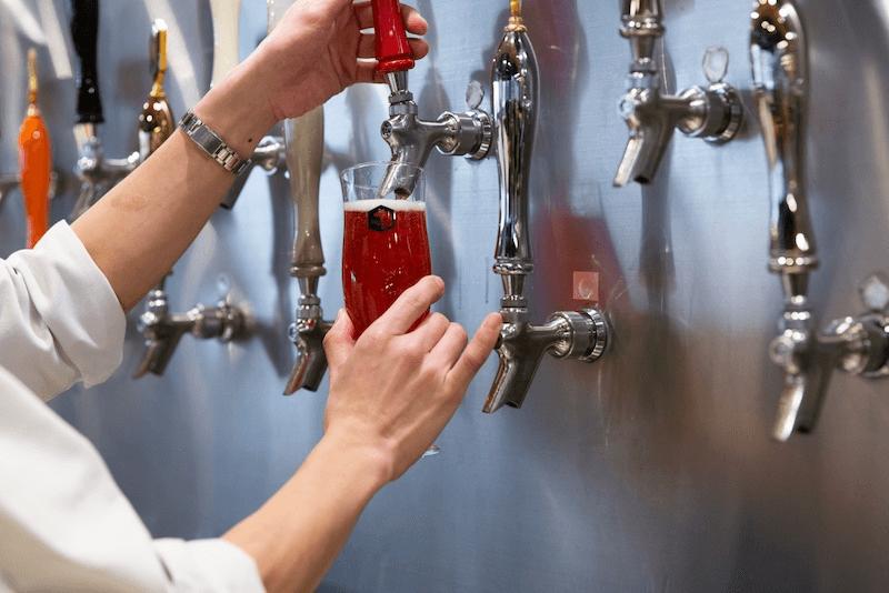 グラスにビールを注ぐ画像